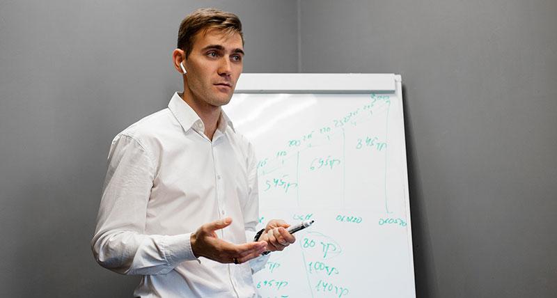 Алексей Максимченков обучает финансовой грамотности